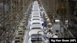 中國湖北武漢的東風本田汽車有限公司工廠的汽車裝配線。