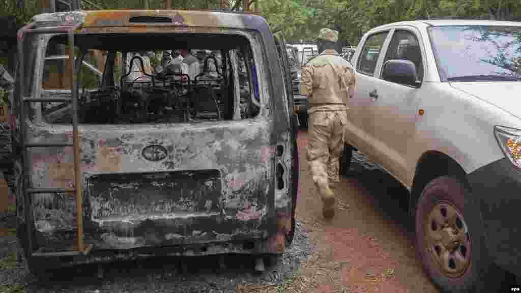 Douze personnes comprenant de cinq terroristes, cinq soldats maliens et deux étrangers ont été tués dans une prise d'otages à l'hôtel Byblos le 07 Août ici à 2015 .