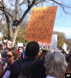 参加民众自制看版,支持政府的改革,并呼吁大家要有耐心。