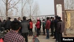 지난 25일 붕괴사고가 발생한 중국 동부 산둥성 석고광산 앞에 사람들이 몰려있다.