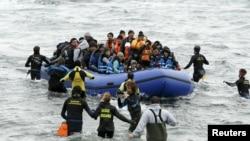 တူရကီနဲ႔ ဂရိ ႏုိင္ငံၾကားမွာ တည္ရွိေနတဲ႔ Aegean ပင္လယ္ျပင္ကို ျဖတ္ကူးရင္း Lesbos ကြ်န္းကို ေရာက္လာခဲ့တဲ့ ေရႊ႕ေျပာင္းအေျခခ်သူေတြ။(၂၉ ဇန္န၀ါရီ ၂၀၁၆)