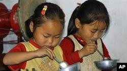 WFP가 제공한 음식을 섭취하는 북한 어린이들 (자료사진)