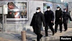 Працівники служби безпеки Китаю у центрі Пекіна, 3 лютого 2020. REUTERS/Jason Lee