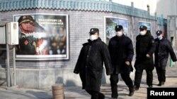 戴著口罩的保安在北京金融區巡邏。(2020年2月3日)