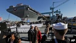 Авианосец «Джеральд Р. Форд» (USS Gerald R. Ford), на стапелях судостроительного завода в городе Ньюпорт-Ньюс штат Вирджиния. 9 ноября 2013 г.