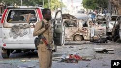 전날 테러 공격이 발생한 소말리아 모가디슈의 호텔에서 2일 소말리아 경찰이 현장을 수색하고 있다.