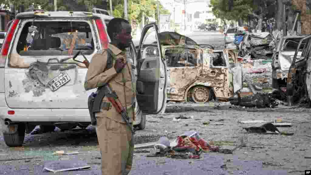 Un policier sécurise le périmètre de l'attentat, Mogadiscio, 1er juin 2016.