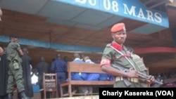 Un soldat fait la garde, lors du procès des rebelles présumés ADF, à Beni, RDC, le 24 août 2016. (VOA/Charly Kasereka)