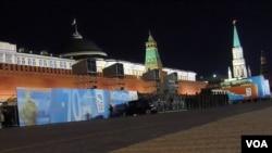 2015年5月9日前夕,莫斯科红场已准备就绪。因为害怕激怒中国,俄罗斯和朝鲜被迫放弃金正恩出席莫斯科红场二战70周年庆典活动(美国之音白桦)。