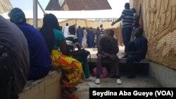 Des usagers attendent de recevoir leurs permis de conduire, à Dakar, au Sénégal, le 14 septembre 2018. (VOA/Seydina Aba Gueye)