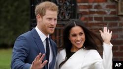 英国的哈里王子与美国女演员梅根·马克尔在伦敦的肯辛顿宫合影(2017年11月27日)。