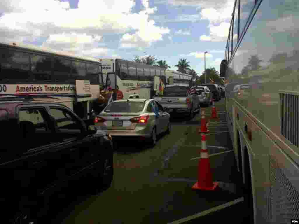 Largas filas de autobuses y autos particulares llegaron para partir en caravana hacia Nueva Orleans para elegir al nuevo presidente venezolano. [Foto: Alejandro Marcano, VOA]