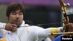Im Dong Hyun apunta en el evento de clasificación para arquería individual, en el cual rompió el primer récord mundial de las Olimpiadas de Londres.