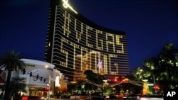 Надпись «Вегас, держись» на фасаде казино Wynn в центре Лас-Вегаса
