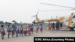 Wasichana wa Chibok waloachiliwa waelekea ndani ya helikopta Mei 6, 2017