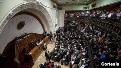 La Constitución de Venezuela establece que un voto de censura aprobado por no menos de las tres quintas partes de la Cámara conllevaría la remoción del funcionario.