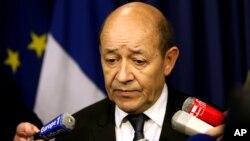 Menteri Pertahanan Perancis Jean-Yves Le Drian menjelaskan operasi militer Perancis terhadap militan di Mali (foto: dok).