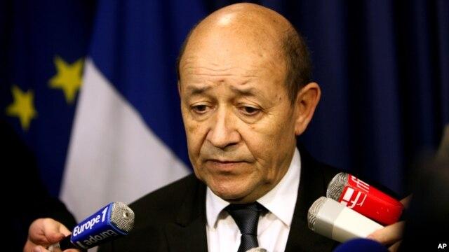 Bộ trưởng Quốc phòng Pháp Jean-Yves Le Drian trong một cuộc họp báo ở Paris, 12/1/2013