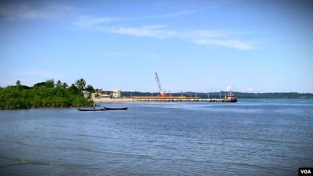 缅甸若开邦的皎漂码头是中缅油气管道之天然气管道的上岸处。(美国之音朱诺拍摄,2013年11月11日)