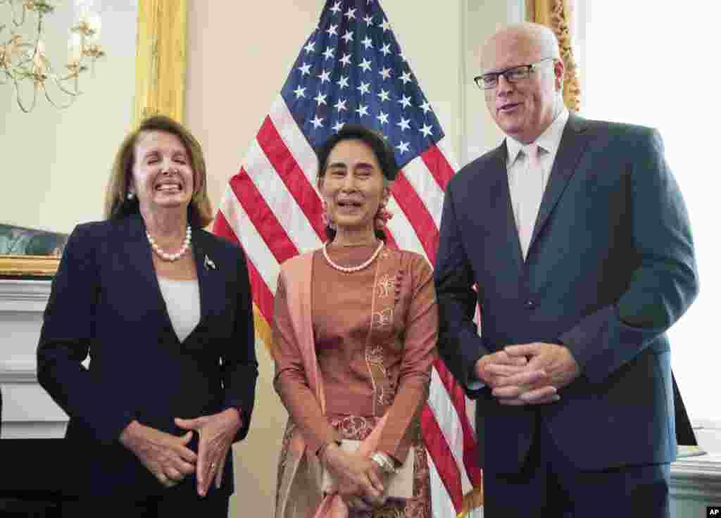 ေဒၚေအာင္ဆန္းစုၾကည္ ကန္ ေအာက္လႊတ္ေတာ္ လူနည္းစုေခါင္းေဆာင္ ဒီမိုကရက္တစ္အမတ္ Nancy Pelosi နဲ႔ ဒီမိုကရက္တစ္ပါတီ ေအာက္လႊတ္ေတာ္အမတ္ Joe Crowley ေတြ႕ဆံု