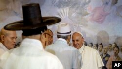 Paus Fransiskus menyapa para pemuka agama sebelum dimulainya misa rekonsiliasi di katedral utama Seoul (18/8). (AP/Gregorio Borgia)