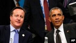Presiden AS Barack Obama (kanan) dan PM Inggris David Cameron saat bertemu di KTT G20 di Brisbane, Australia, 15 November 2014 (Foto: dok).