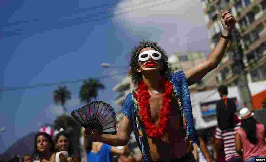 Participação na rua de uma das várias festas pré-carnaval pelo Rio de Janeiro.