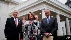 La líder demócrata de la Cámara de Representantes, Nancy Pelosi, habla con periodista junto al líder demócrata del Senado, Chuck Schumer, el representante Steny Hoyer y el senador Dick Durbin.