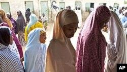 尼日利亞人前往投票站。