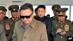 지난 5월28일 아들 김정은과 회춘시 건설현장에 나타난 김정일 위원장