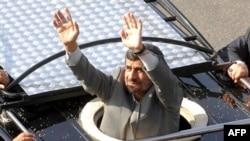 Iranski predsednik pozdravlja okupljene građane u Bejrutu
