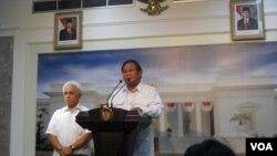 Calon Presiden Prabowo Subianto mendampingi Hatta Rajasa bertemu dengan Presiden Susilo Bambang Yudhoyono di kantor Presiden di Jakarta, Selasa 13/5 (foto: VOA/Andylala).