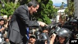 Pemimpin oposisi Venezuela, Juan Guaido berusaha memaksa masuk ke gedung parlemen di Caracas tetapi dihalangi oleh pasukan keamanan, hari Selasa (7/1).