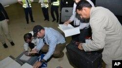 Các mẫu được thanh sát viên Liên hiệp quốc mang về đang được kiểm tra khi họ đến thành phố The Hague, Hà Lan