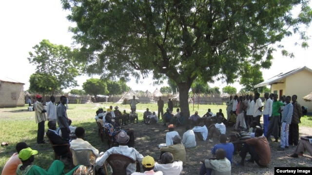 A customary court hearing in Akobo, Jonglei State. The traditional courts do not adjudicate serious criminal cases. (Photo: courtesy David Deng)