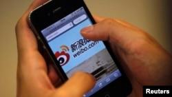 用户在苹果手机上登录中国社交媒体网站新浪微博
