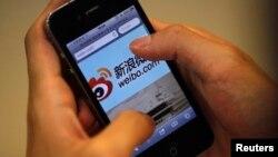 用戶在蘋果手機上登錄中國社交媒體網站新浪微博