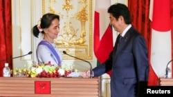 일본을 방문한 미얀마 지도자 아웅산 수치(왼쪽)가 아베 신조 일본 총리와 2일 도쿄에서 정상회담에 이은 기자회견을 마친 후 악수하고 있다.