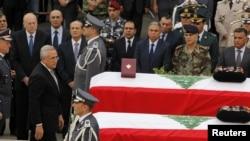 黎巴嫩總統蘇萊曼星期天在貝魯特內政安全部隊總部向遇害的情報官員哈桑和他的保鏢致哀