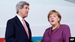 John Kerry y la jefa de Estado alemana, Ángela Merkel, este martes en Berlín.