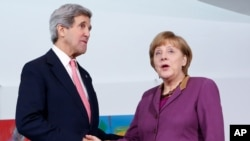 John Kerry e Angela Merkel