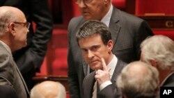 Perdana Menteri Perancis Manuel Valls, tengah, meninggalkan Majelis Nasional Perancis, di Paris, Rabu, 10 Februari 2016.