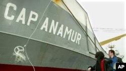 구호품을 선적하는 캅 아나무르(Cap Anamur) 봉사자들