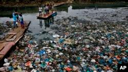 Kanal prepun plastičnog otpada u Mumbaju u Indiji (arhivski snimak)