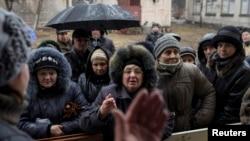 Dân chúng trong thị trấn Debaltseve, nằm về hướng đông bắc vùng Donetsk, miền đông Ukraine, xếp hàng để nhận cứu trợ nhân đạo, 13/3/15