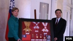 台灣捐贈陳納德博物館複製勳章,由該館館長陳納德外孫女凱樂威接受。(美國之音 鍾辰芳拍攝)