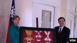 台湾捐赠陈纳德博物馆复制勋章,由该馆馆长陈纳德外孙女凯乐威接受。(美国之音 钟辰芳拍摄)