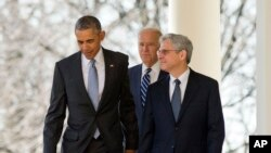 Thẩm phán Merrick Garland (phải) đi cùng với Tổng thống Barack Obama (trái) và Phó tổng thống Joe Biden (giữa) đến Vườn Hồng, nơi ông được tổng thống tuyên bố lựa chọn vào Tối cao Pháp viện.