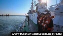 Екіпаж корабля вишикувався обличчям до стоянки кораблів та катерів під час виходу корабля у море