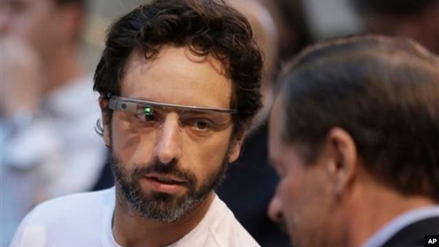 20일 샌프란시스코에서 개최한 생명과학 혁신상 시상식. 구글 공동 창립자이자 생명과학 혁신상의 설립자 중 한 명인 세르게이 브린이 구글 안경을 착용하고 있다.